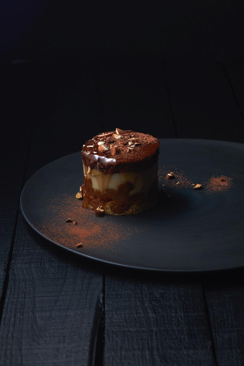 Totum - Bavarois au chocolat sur assiette noire Vegan in Nantes 44