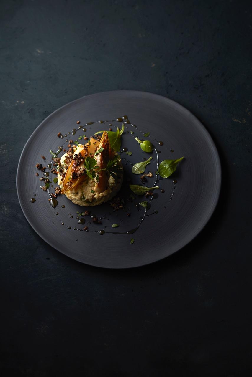 Totum Polenta sur assiette noire Vegan in Nantes