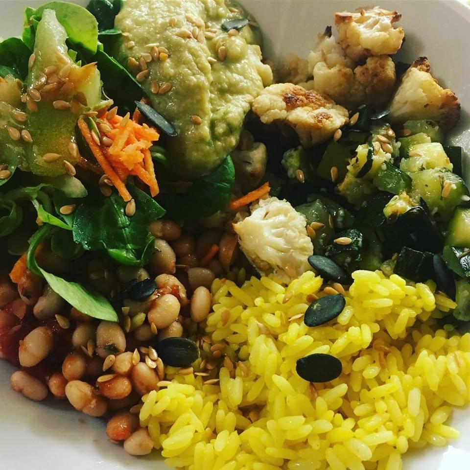 Assiette 100% végétale ++ : riz safrané, haricots blancs à la tomate, courgettes-ail-thym, chou-fleur rôti, mâché-carottes-concombre, houmous lentilles corail-cumin-coriandre