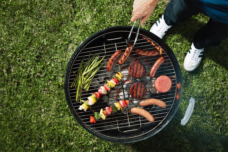 Saucisses vegan et steaks vegan sur le barbecue